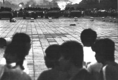 Północno zachodni kraniec placu Tiananmen, godzina tuż przed 5 rano, 4 czerwca 1989 roku.