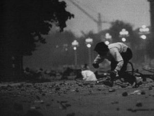 Ludzie uciekający z placu Tiananmen pod obstrzałem w rejonie wylotu ulicy Quanmen.
