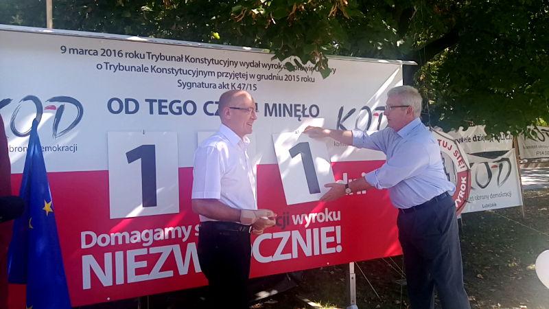 Jan Dworak i Krzysztof Luft przy liczniku KOD