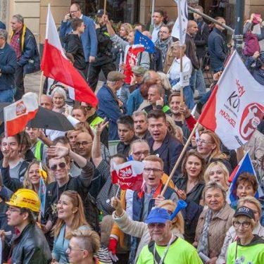 """""""JEDNA POLSKA DOŚĆ PODZIAŁÓW"""" – wielki i wyrazisty marsz KOD-u w Warszawie"""